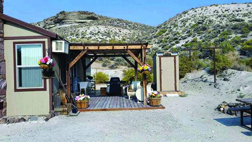 Cabin at Royal Peacock Opal Mine